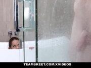Se ascunde cand fratele vitreg face baie