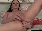 Doamna misto isi masturbeaza frumos vaginul