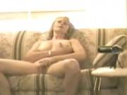 Milfa de plictiseala se masturbeaza pe canapea