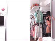 Studenta bruneta filmata cand ia la muie