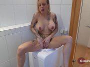 Blonda cu sanii mari se masturbeaza pe masina de spalat