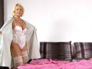 O femeie de 60 de ani se masturbeaza in dormitor