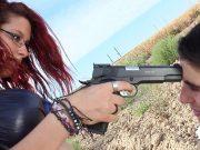 Il ameninta cu pistolul daca nu o lasa sa suga
